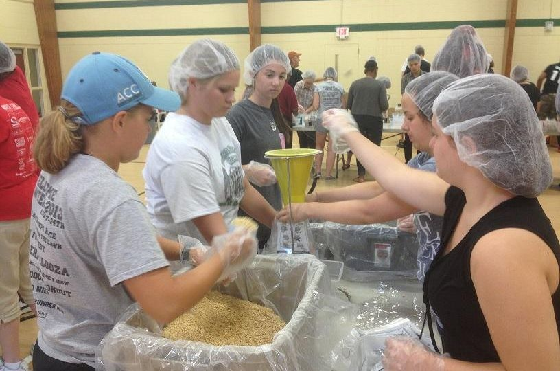 students volunteering and working for the stop hunger now fondations