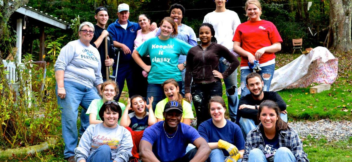 WPU students and staff posing for a group picture outside of Appalachain family house
